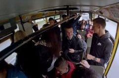 Дівчина раптово виконує Гімн України в громадському транспорті
