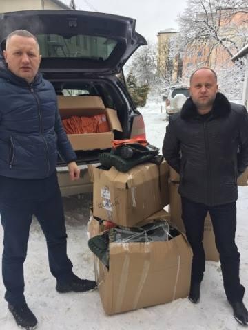 Буковинські лісівники передали бійцям в Авдіївку утеплені гумові чоботи та рукавиці