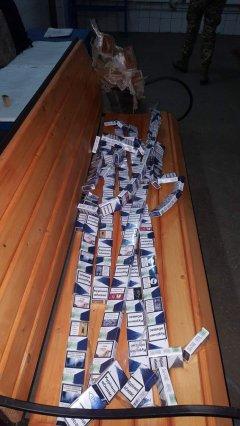 Приховали сигарети у брусах, які закріплювали товар