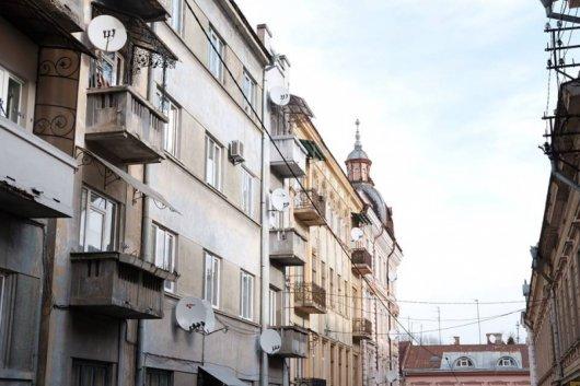 У центрі Чернівців примусово демонтують супутникові тарілки