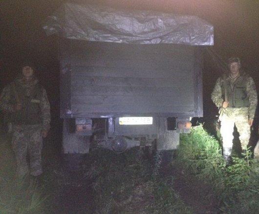 Вантажівку, нашпиговану сигаретами, та групу ймовірних контрабандистів затримали правоохоронці поблизу кордону