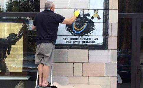 На Грушевського розгромили магазин, де стерли графіті