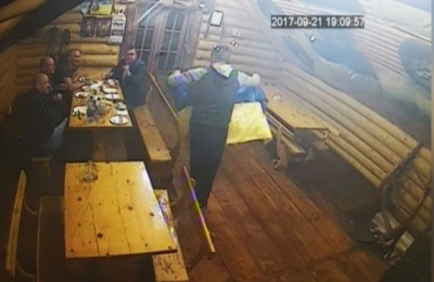 У Коломиї працівник суду і п'яні відвідувачі кафе поглумилися над прапором України