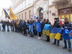 У Чернівцях група активістів пікетувала румунський культурний центр, заявивши, що знайшла «представника Путіна на Буковині»