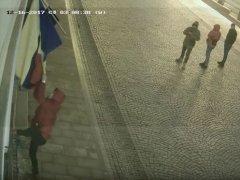 У центрі Чернівців з приміщення культурного центру зірвали прапори Румунії та ЄС